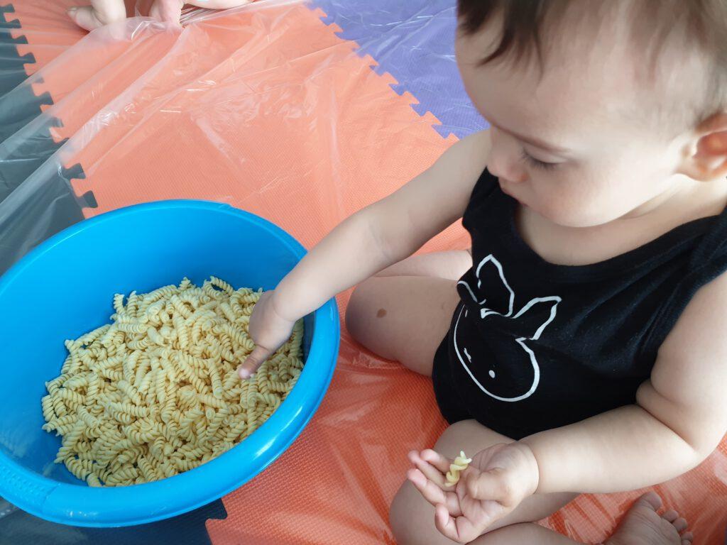 Kind speelt met pasta