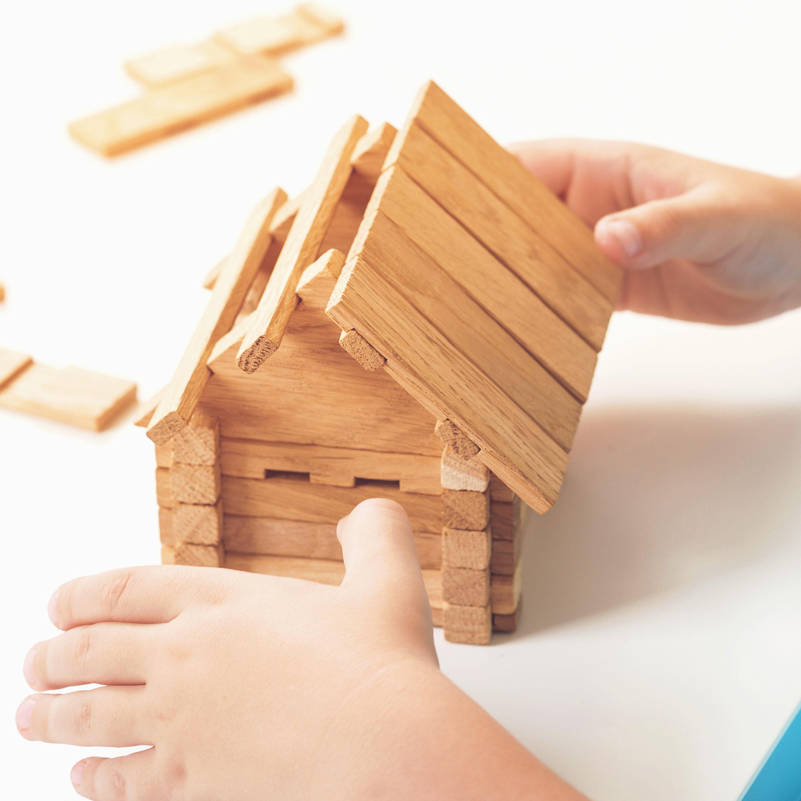 Kinderhanden knutselen met ijslolly stokjes