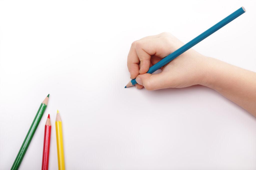 Kinderhand tekenen met blauw potlood