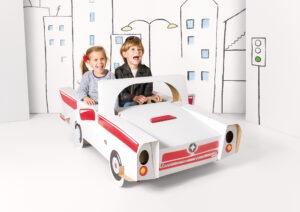 Kartonnen speelgoed auto cabrio die kinderen zelf in kunnen kleuren