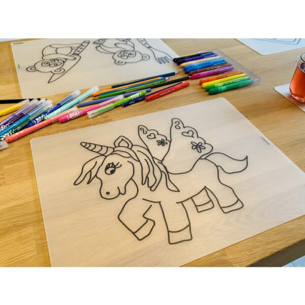 Voorbeeld herkleurbare placemat eenhoorn op tafel