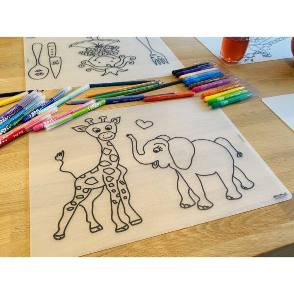 Voorbeeld herkleurbare placemat giraffe en olifant op tafel