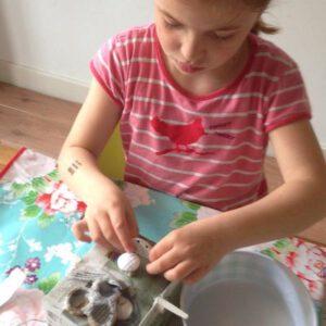 Meisje knutselt monster met knutselpakket van Pakje Plezier