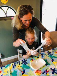 moeder en dochter maken zelf slijm