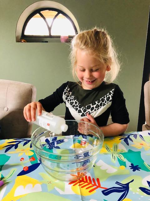 Hoe maak je zelf slijm? Meisje met DIY slijm