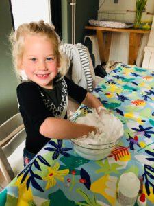 Hoe maak je zelf slijm? meisje met handen in DIY slijm