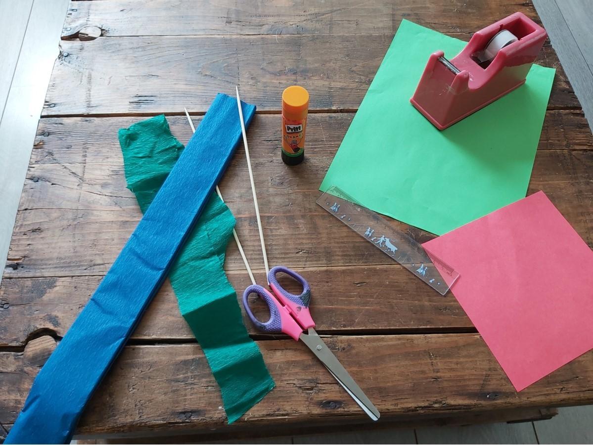 Benodigdheden om bloem te maken van crepepapier