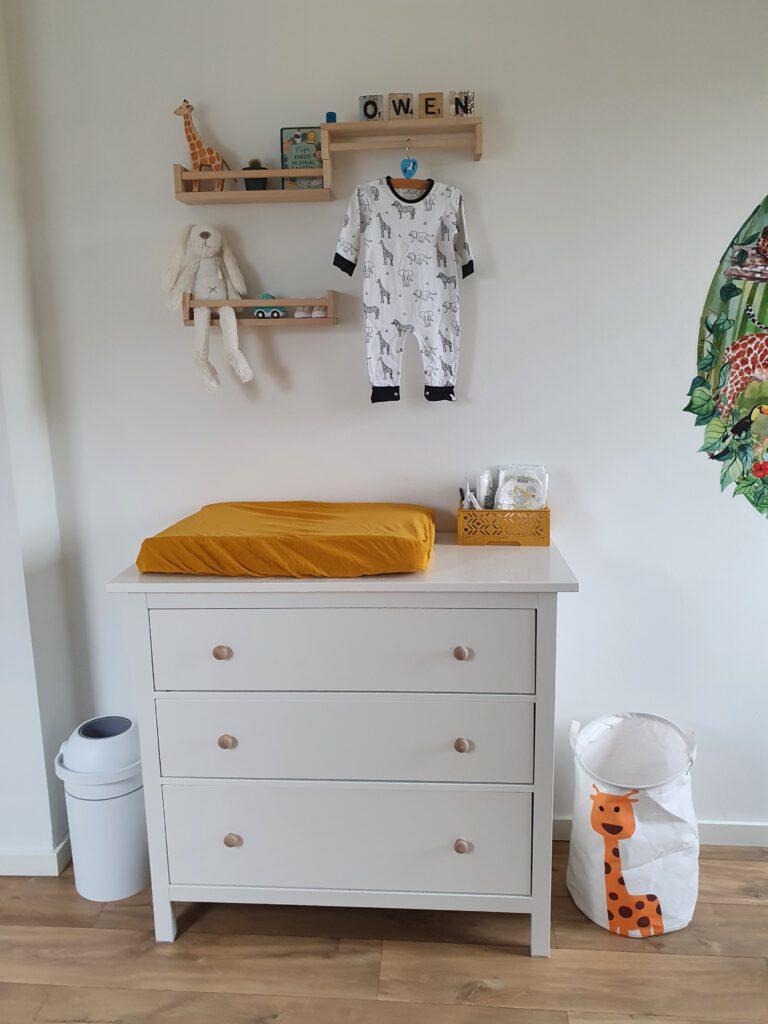 commode in babykamer met jungle thema