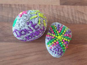 happy stones met acryl stiften