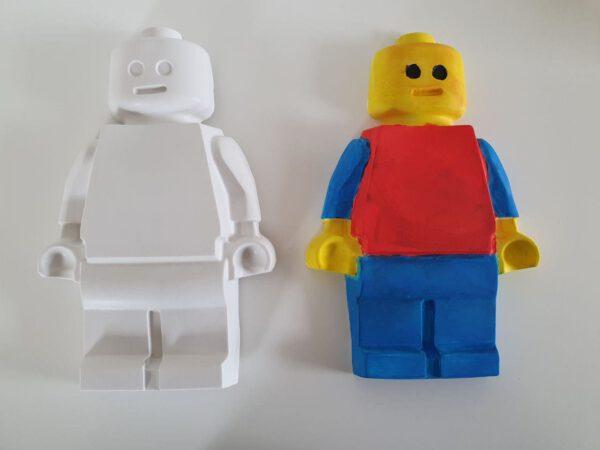 2 lego poppetjes van gips, 1 legopop geschilderd andere niet