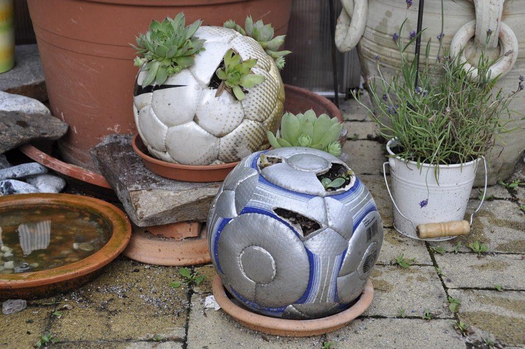 Upcycling voetbal naar een bloempot