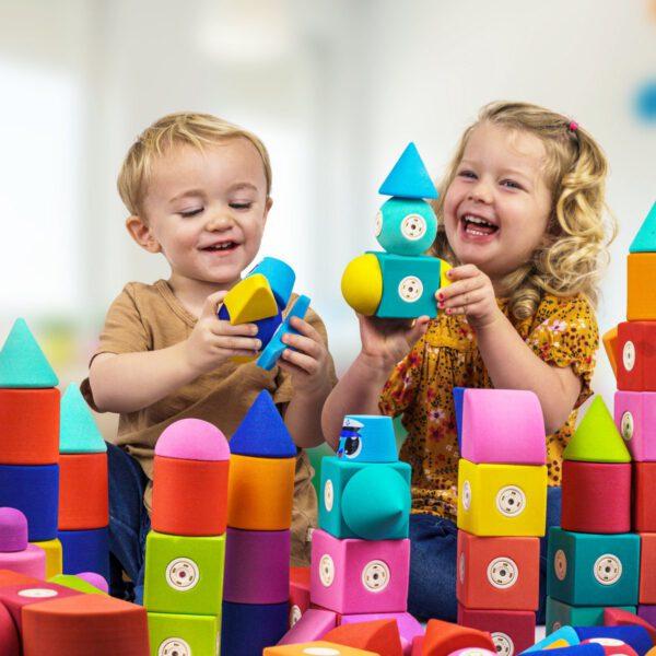 kinderen spelen met Blockaroo zacht magnetisch speelgoed
