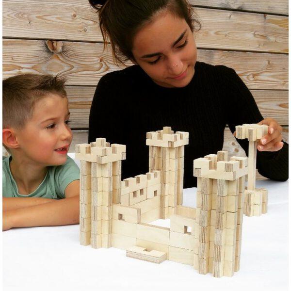 2 kinderen bouwen met cloze basisset