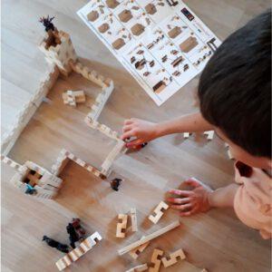 kind speelt met cloze bouwblokjes