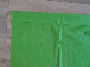 Hawaii knutselen: hawaii rokje gemaakt van een groen plastic tafelkleed
