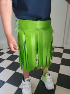 Hawaii knutselen: hawaii rokje gemaakt van een groen plastic tafelkleed eindresultaat